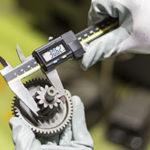 自動車部品工場で使われるマイクロメータはJCSSで品質が保証されます
